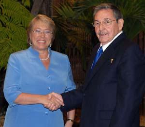 Recibe Raùl Castro Ruz a Michelle Bachelet de Chile.
