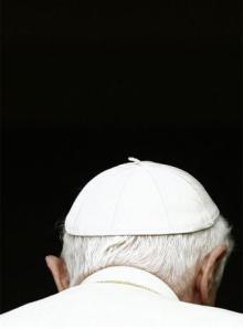 Benedicto de espaldas