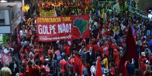 Brasília- DF- Brasil- 13/03/2015- Manifestação em defesa da Petrobrás e dos direitos dos trabalhadores, na Rodoviária do Plano Piloto, no centro de Brasília (Fabio Rodrigues Pozzebom/Agência Brasil)