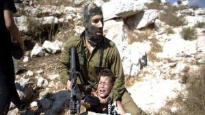 soldado de Israel somete brutalmente a niño palestino